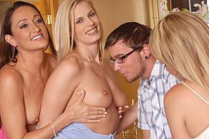 Неопытный парень и три зрелые женщины